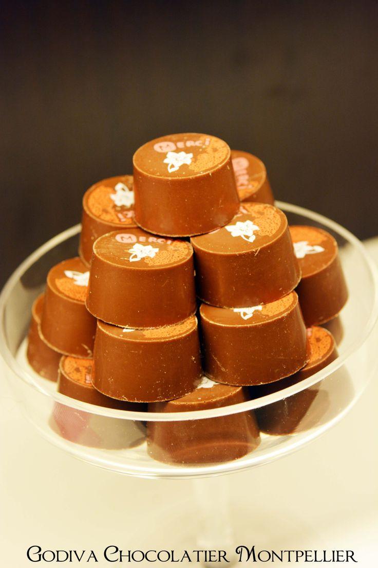 Amour ! Un chocolat à la cerise et à l'abricot http://chocolatiergodivamontpellier.eklablog.fr/chocolats-st-valentin-godiva-chocolatier-montpellier-a106338166