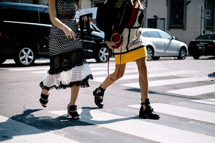 Look 1: Vestido Self Portrait. Look 2: botas de Balenciaga