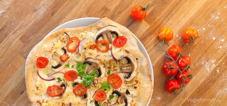 Pizza bianca er rett og slett pizza uten tomatsaus. Denne er med en smakfull saus av créme fraîche, men man kan også bruke olivenolje og foretrukket topping. Det er ikke så utbredt i Norge, men i Italia selger de det både på restauranter og i matbutikker. Prøv denne smakfulle vegetarretten eller en av våre mange andre vegan- og vegetaroppskrifter.