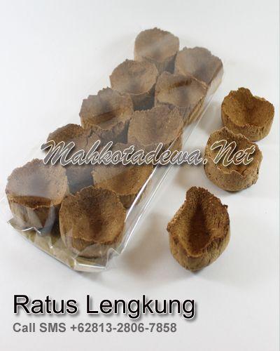 Traditional Ratus V Spa Bakar terbuat dari rempah dan akar pilihan seperti patchouli, cempaka putih, menyan madu yang diramu secara tradisional yang berfungsi untuk perawatan kewanitaan seperti mencegah keputihan, gatal-gatal & aroma tak sedap.