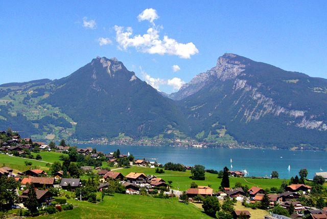 Svájc egy kis ország az Alpok kellős közepén, s ezáltal bárhol is találja magát az ember, mindig 360 fokos tájképek tárulnak elénk. Számos tó is hozzájárul ezen ország képeslapra illő kinézetéhez...