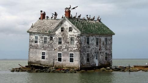 Holland Island was one of the many islands that speckled Chesapeake Bay and it once had one of the largest populations with 360 people living there in 1910. Over several decades, the island sank into the waters surrounding the island and in 2010, the last remaining house crumbled. (Flick/baldeaglebluff)