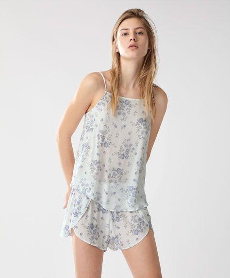 Maglietta a fiori azzurri - Novità - Tendenze moda donna SS 2017 su Oysho on-line : biancheria intima, lingerie, abbigliamento sportivo, scarpe, accessori e costumi da bagno.