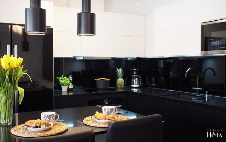 Nyt meni keittiö uusiksi! Keittiö, keittiöremontti, Artek A110, musta kvartsitaso, musta välitila, musta keittiöhana