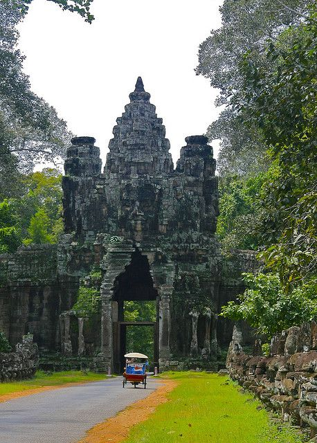 The gates of Angkor Thom, Cambodia (by TheTravellers).