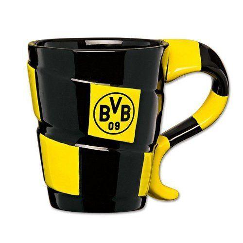 Diese BVB-Tasse überzeugt mit einem außergewöhnlich Design, denn sie passt sich an das klassische Fan-Outfit an: Ein karierter Schal wickelt sich um den Korpus und bildet den Henkel.