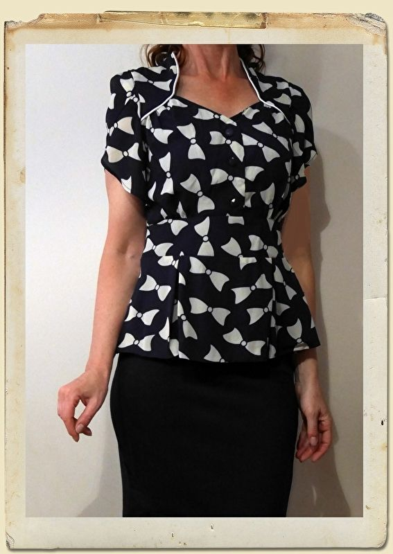 Lindy Bop 100% polyester vintage style navy blue and white bow print blouse donker blauw en witte strikken print