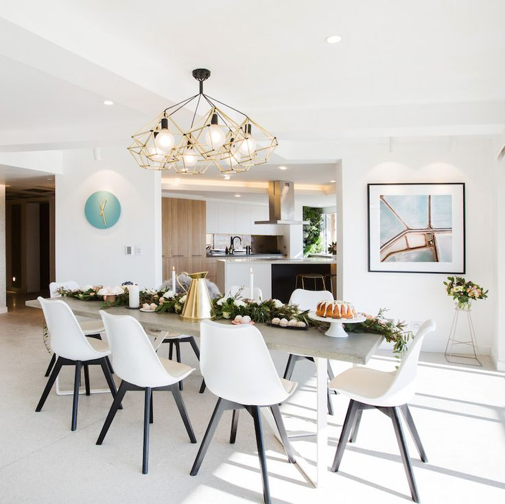 Dicas de decor para deixar sua casa ainda mais elegante. Sala de estar com um lustre bem diferente e quadros.