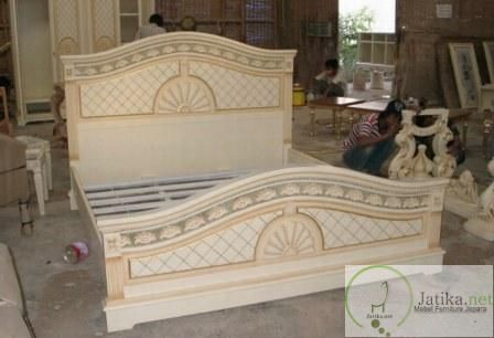 Tempat Tidur Ukir Mewah Jepara merupakan dipan kamar tidur dengan ukiran khas jepara pada setiap bagian sisinya dan mempunyai kualitas Ekspor mebel Jepara