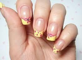decoración de uñas amarillo y rosa