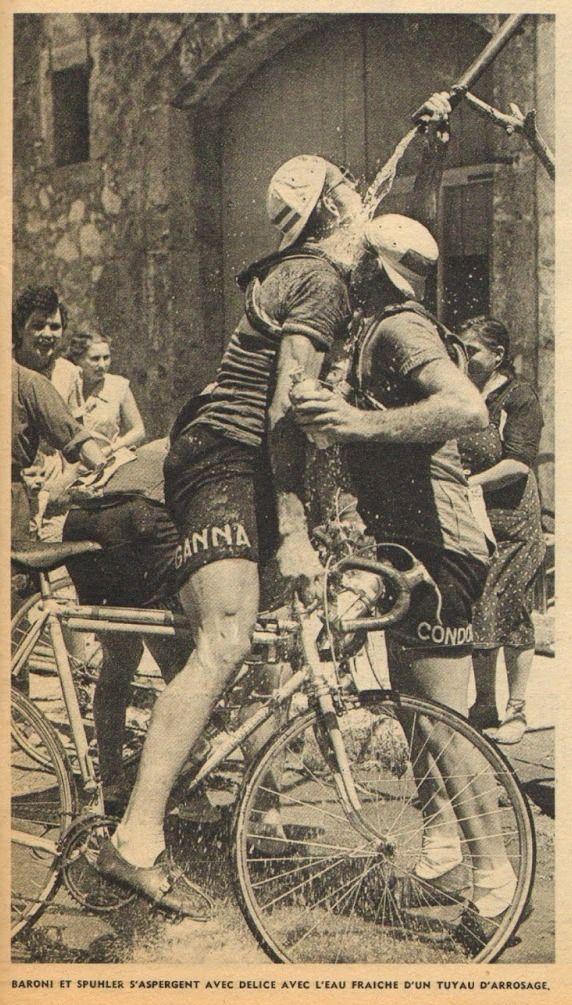 Tour de France 1952. 15^Tappa, 10 luglio. Avignone > Perpignano. Mario Baroni (1927-1994) e Heinrich Spuhler (1925-1996). Un po' di refrigerio nella calura estiva [Le Miroir des Sports. L'Histoire du Tour '52]
