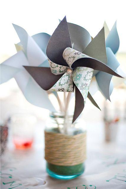 Des centre de table avec des petits moulins à vent