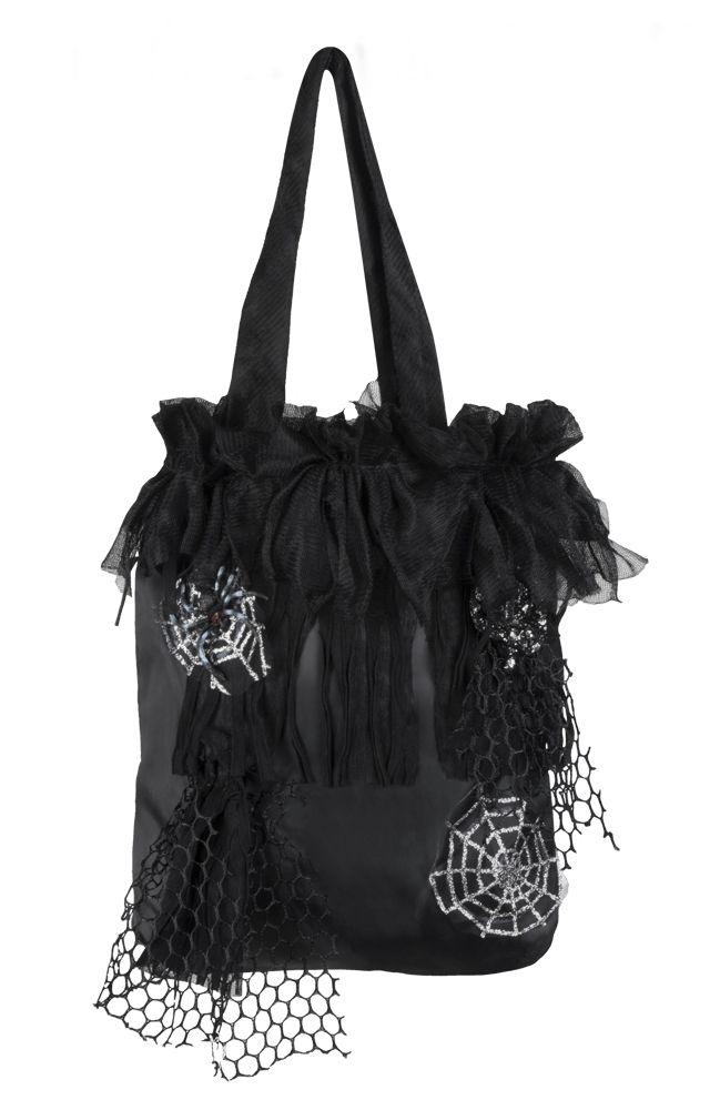 Hämähäkki-laukku. Musta bilelaukku on koristeltu näyttävästi hopeisin hämähäkinseitein ja mustalla pitsillä.