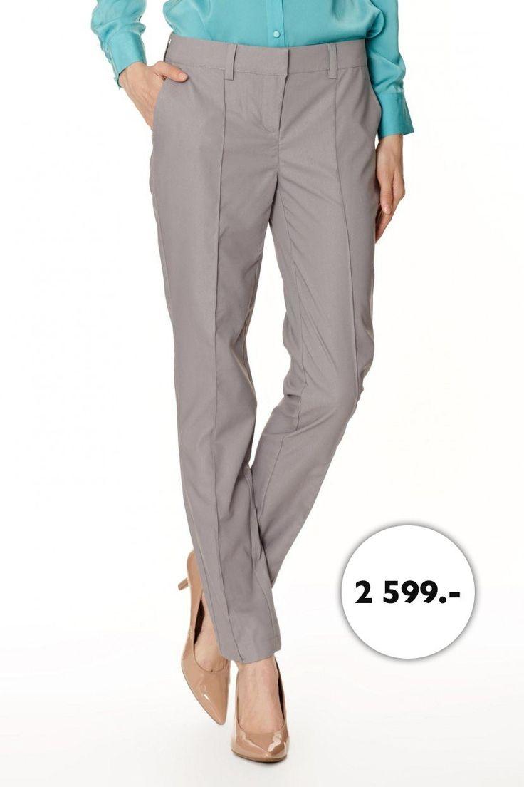 Слегка зауженные брюки со складками-защипами выполнены из материала с рельефным узором. По бокам два кармана, задние карманы, оформленные листочкой, - ложные. Изделие имеет потайную застежку на крючок и кнопки. Пояс дополнен шлевками для ремня.  http://baonshop.ru/catalog/model/id/tsb-tso-003784
