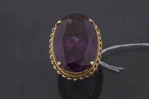 Bague en or jaune ornée d'un importante pierre violette, tour de doigt 53 , poids 14 [...], Bijoux à Mercier & Cie   Auction.fr
