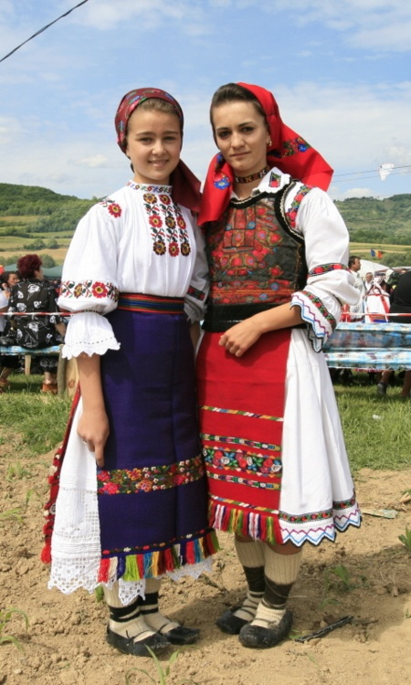 Romanian girls in traditional dress