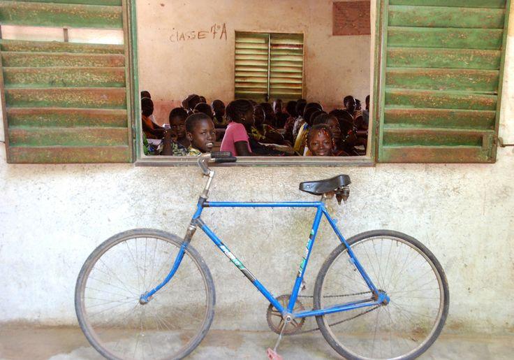 Het volgen van onderwijs is voor veel meisjes in Mali onmogelijk door de enorme afstanden die ze te voet moeten afleggen en de onveilige situatie in dit land. Met de fiets naar school is echter wel mogelijk. Met dit kado geeft u een meisje toegang tot de middelbare school en daarmee kans op een betere toekomst.