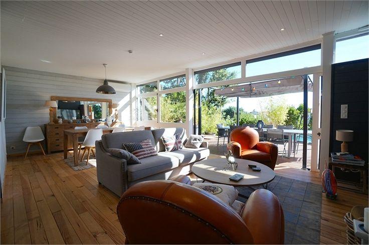 Maison de plage de 100 m², à vendre chez Capifrance à Lege Cap Ferret.    Villa aux multiples atouts : 5 pièces, 3 chambres, vaste terrasse de 70 m², piscine & vue sur tout le Bassin.    Plus d'infos > Thomas Darnauzan, conseiller immobilier Capifrance
