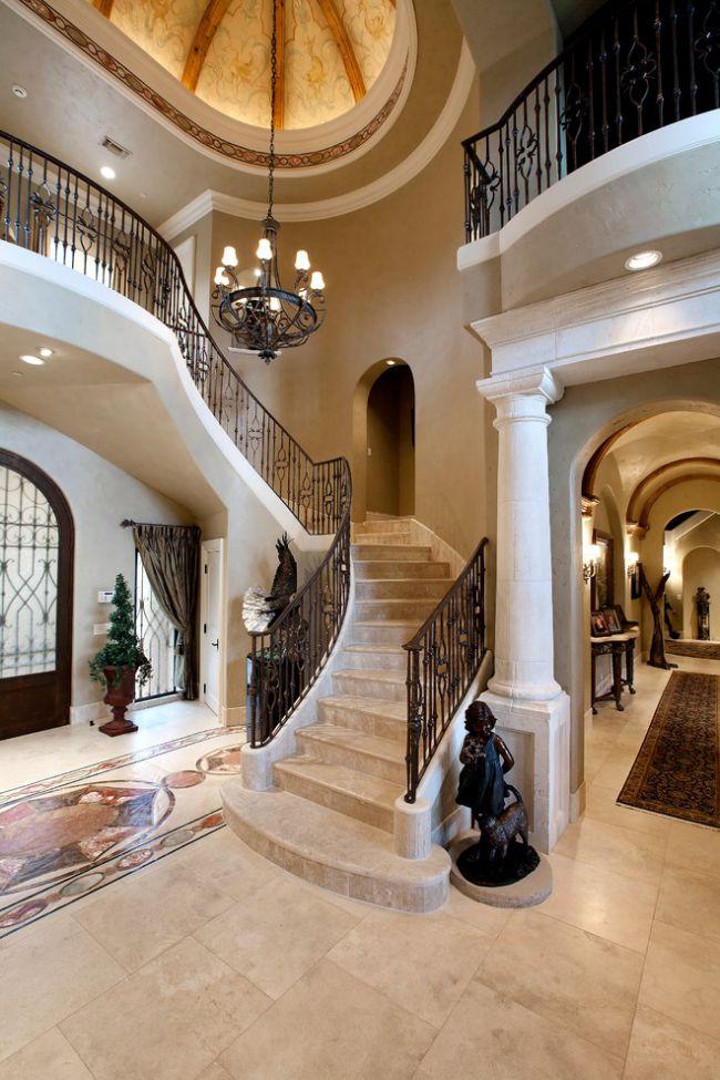 Лестница бежевого цвета из гранита в сочетании с кованными перилами самый безопасный и долговечный вариант для вашего дома