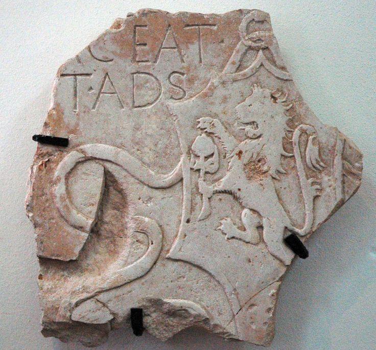 Frammento di lapide sepolcrale con stemma sforzesco/XV sec/marmo, cm 43x44/raffigura uno scudo a testa di cavallo sostenuto da un anello e decorato ai lati da due nastri. All'interno vi è effigiato a bassorilievo il leone rampante che regge il cotogno con la zampa sinistra e lo protegge con la destra