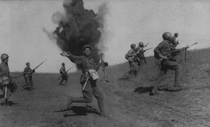 Friendly infantry units (infantry) of the Red Army at Stalingrad. In the center of the unknown commander with a gun PPSh-41 machine gun. photo title - 'political leader