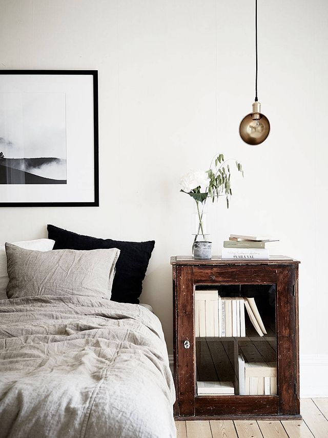 Awesome Einfache Dekoration Und Mobel Das Schlafzimmer Mit Schoenen Accessoires Umgestalten #10: Antik Möbel Integrieren In Modernem Schlafzimmer - Alter Nachttisch Aus  Dunklem Holz In Hellem Schlafzimmer Mit