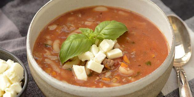 Fantastisk lækker lasagnesuppe med en kombination af hakket oksekød, pasta, tomat og ost, der får den til at smage som en god hjemmelavet lasagne.