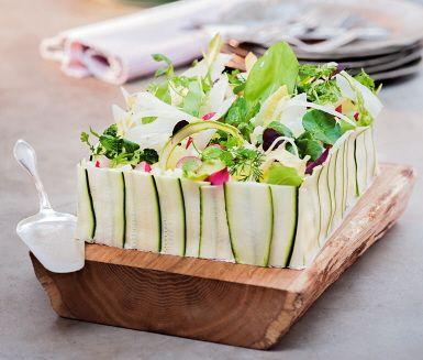 Helt vegetarisk smörgåstårta! Varva den fräscha smörgåstårtan med krispig spetskål, avokado, ägg och pepparrot mellan bröden. Toppa med vackert grönt som tunt skuren fänkål, tärnat äpple och vackert rosa picklad rödlök.