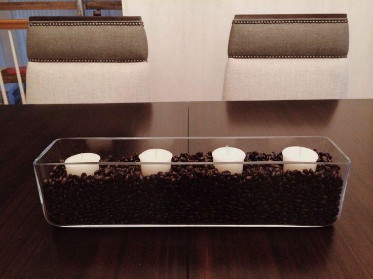 idée déco cuisine avec grains de café et bougies dans un vase en verre