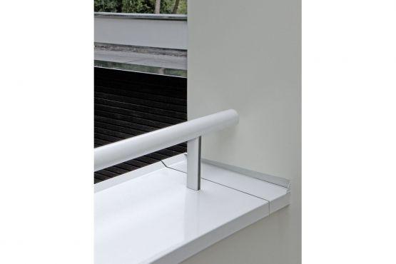 Aansluiting aluminium muurafdekker op stucwerk door middel van kopschot. Roval   Specialist in aluminium bouwproducten voor dak & gevel