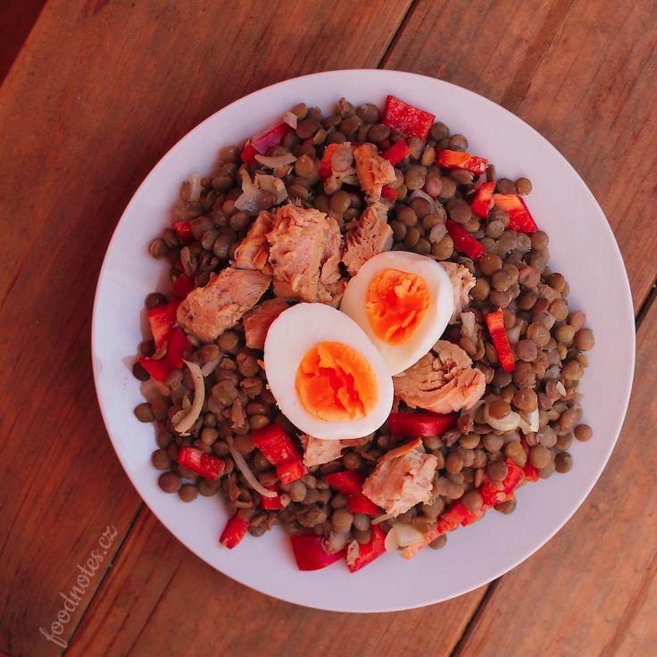 Jednoduchý čočkový salát s paprikou, tuňákem a vejcem.