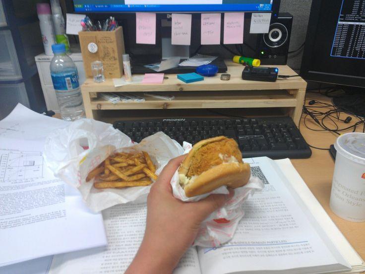 주말이라 학식도 문 안열고 같이 먹을 칭긔도 없어서 혼자 밥먹긔.  오늘의 매뉴는 맘스터치 햄치즈휠렛버거세트에 피클 뺀거.  오늘따라 햄버거 중간에 있는 치킨이 유난히 부담스럽게 생겼긔...