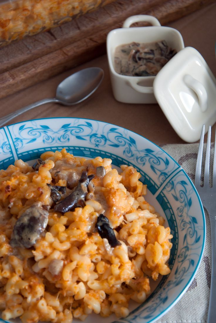 Gratin de coquillettes, sauce tomate et crème aux champignons