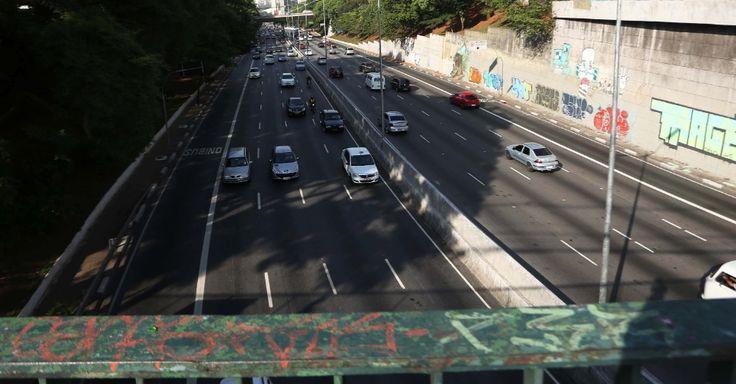 A avenida 23 de Maio, em São Paulo, SP, Brasil.  Fotografia: Renato S. Cerqueira/Futura Press/Estadão Conteúdo.