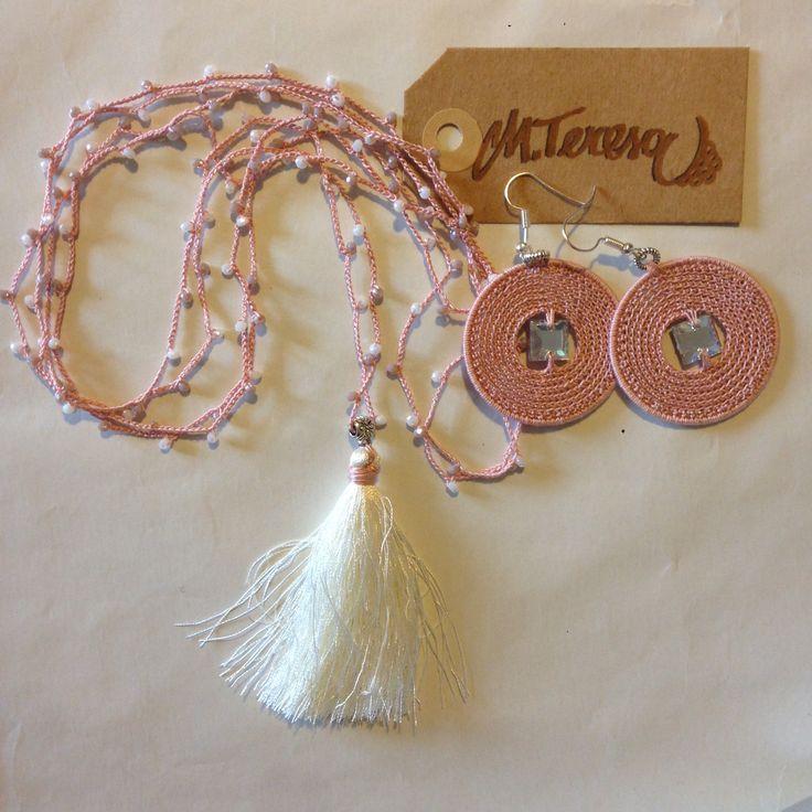 #Collana all' #uncinetto con #nappina in seta micro sfere di mezzi cristalli #charm; #orecchini in puro #cotone con cristallo centrale.Color rosa antico