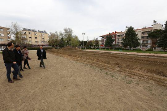 Selçuk Belediyesi Tören Alanı'nda suni çim ekme çalışması yapılıyor.