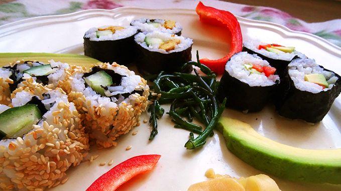 Toen de sushi-hype op gang kwam, schreef ik in 2012 al een post over vegetarische sushi. Die bleek achteraf best wel fusion, dus het was de hoogste tijd voor een update. Inmiddels heb ik alweer vaker sushi gegeten en gemaakt. Nu heb ik nóg meer ideeën voor de vulling van vegetarische sushi en probeerde ik de Californian roll. Zelf vegetarische sushi maken? Dit heb je nodig: • 1/2 komkommer • potje ingelegde gember (pickled ginger) • 1 rijpe avocado • 1 rode paprika • 3 eieren • 2 tl geme...