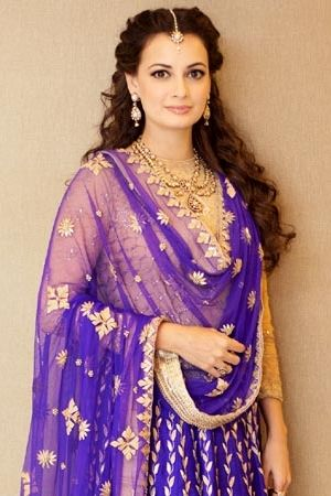 Jewellery Inspiration - If you are looking for something more conventional, classic and refined, then perhaps the delicate and smaller maang tikka will be your choice. Smaller maang tikkas are popular with brides, as well as non-brides, as it's a a piece that can be worn again and again with various outfits and at numerous wedding festivities - Dia Mirza wore a delicate maang tikka at her sangeet #thecrimsonbride