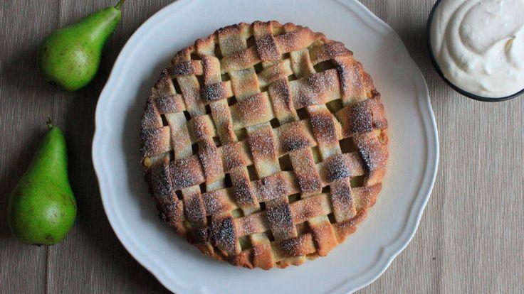 Oppskrift på nydelig pai med hvitvinskokte pærer og vaniljekrem. Denne oppskriften rekker til ca 2 store paier, eller 8 små porsjonspaier.