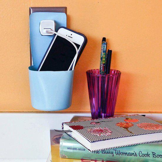 Olha essa: porta carregador de celular feito de pote plástico!