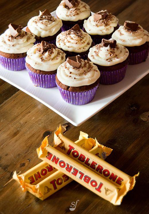 Un collègue grand amateur de chocolat m'a fait une demande de cupcakes. Je me suis dit que l'ajout de Toblerone à une recette de cupcakes...