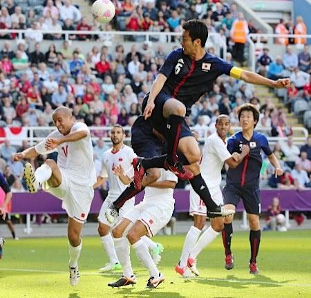 Mayanista.@五輪・サッカー モロッコ戦の前半、頭でゴールを狙う吉田(手前)。守備面で強さを発揮するだけでなく、攻撃でスピードをコントロールするなど、味方を巧みに動かした=29日、英国・ニューカッスル