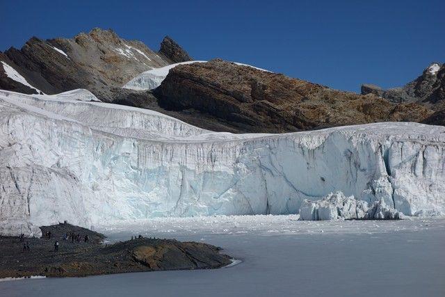Perou-Huaraz: Sur la route en direction du Glacier Pastoruri. Ce glacier l'un des derniers se trouvant sur la Cordillère Blanche du fait du changement climatique se trouve à plus de 5 000 d'altitudes. La piste pour y monter est à couper le souffle tel des decors issus du Tibet! Pour plus d'information, rendez vous sur mon blog: http://www.yoytourdumonde.fr/perou-huaraz-glacier-pastoruri/