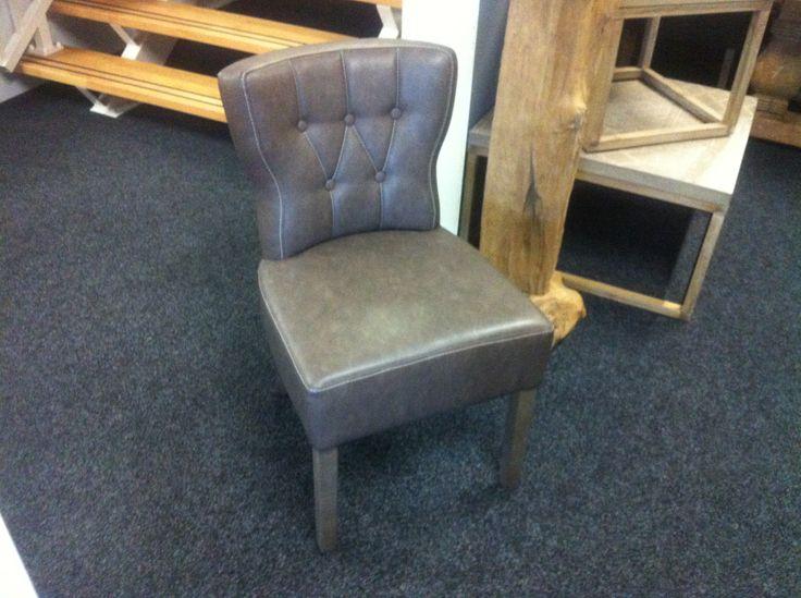 Mooie moderne eetkamerstoel met grijze poot, mooie rondingen en armleuning. Een stoel met erg veel comfort en stijl.