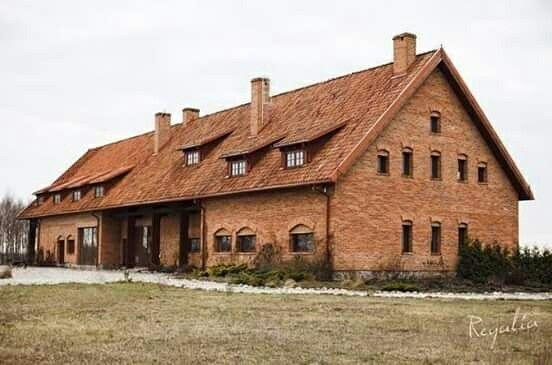 Ponad 150 lat temu cegły były formowane ręcznie i często zachowały się na nich odciski roślin, kopyt, łap czy dłoni osób, które je wykonywały. Obecnie cegły produkowane są maszynowo. Nasze są wyjątkowe, mają swoją historię i pochodzą głównie z Warmii i Mazur. #regaliapm #cegla #czerwonacegla #staredrewno #drewno