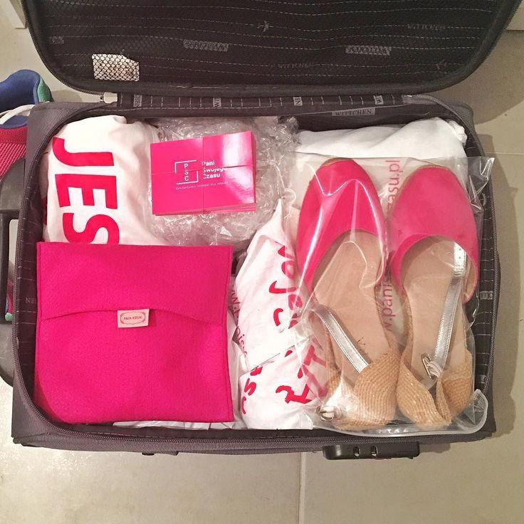 Warszawo Here I come! Oczywiście że moja walizka jest w kolorach PSC!!! Swoją drogą opakowania na biżuterię od @aniakruk_official są idealne w podróży - nic się nie wala byle gdzie i nie plącze  #psc #paniswojegoczasu #warszawa #kraków #podroz #workfromanywhere #pkp #walizka #forummam #podroze