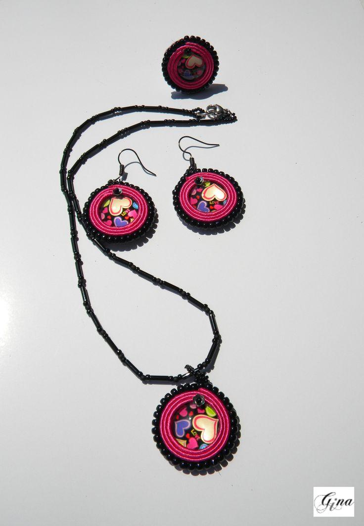 Set AISHA - colier, inel si cercei realizati din cabosoane de sticla (cu inimioare), snur soutache si margelute Toho.