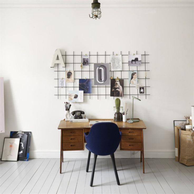 <3 Minikontor. Innanför vardagsrummet finns Idas och Mortens kontor. Skrivbord i teak från Idas morfar. Stol av Jaime Hayons från &tradition.