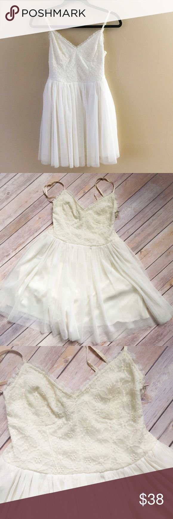 Sans Souci Tulle Boho Fairy Dress Small This cream mini dress by Sans Souci is very full at the bottom. It has a sweetheart necklace with lace in the bodice. Side Zip. The size is small. Excellent Condition. Sans Souci Dresses Mini
