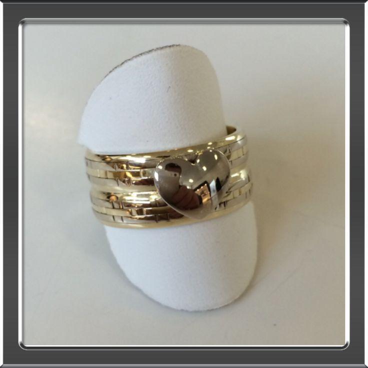 Twee trouwringen vermaakt tot een ring met witgouden hart.